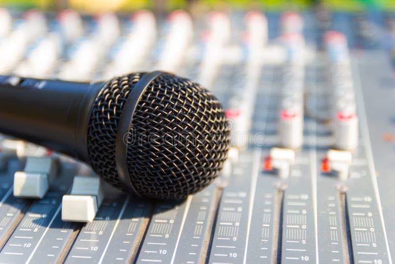 Mikrofon auf mischender Konsole eines gro?en Hifisystems stockfotografie
