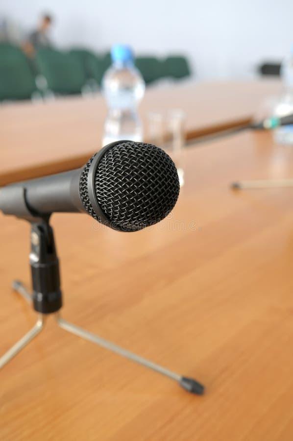 Mikrofon auf Stativstandplatz auf einer Tabelle. stockfotos