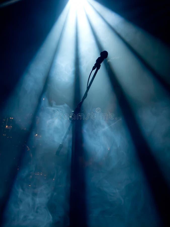 Mikrofon auf Stufe stockbild