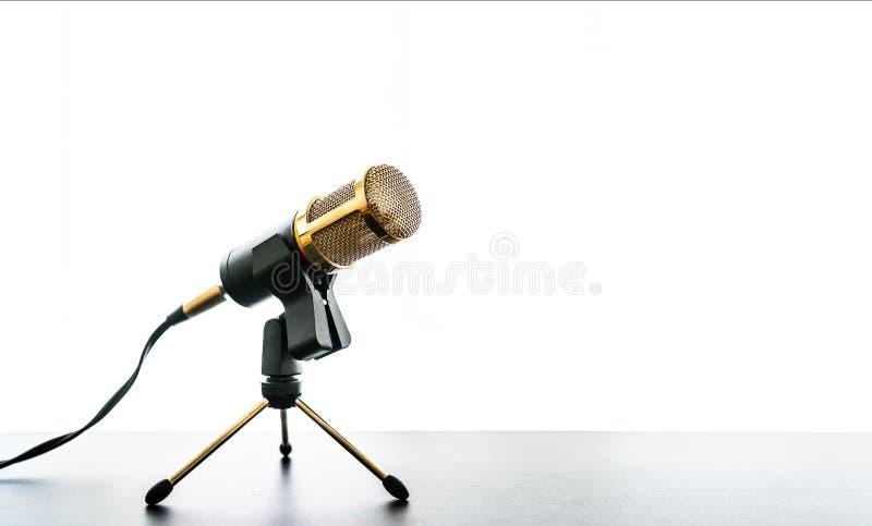 Mikrofon auf Tabelle gegen hellen weißen Hintergrund lizenzfreies stockfoto
