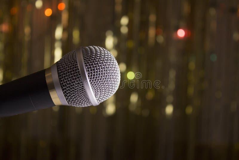 Mikrofon auf unscharfem Hintergrund stockfotografie