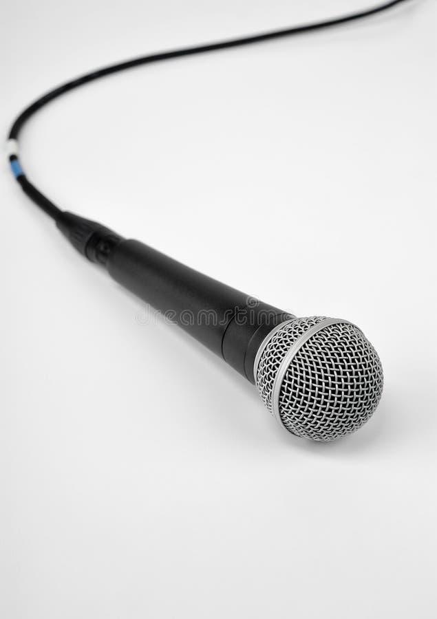 Mikrofon auf Weiß lizenzfreie stockfotografie