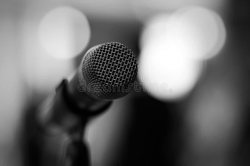 Mikrofon - czarny i biały obrazy royalty free