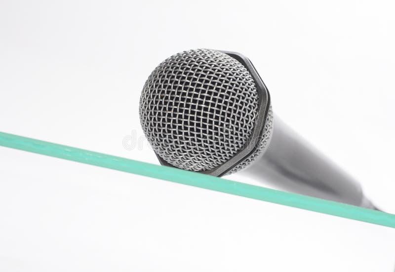 Download Mikrofon die Glastabelle stockfoto. Bild von sendung - 12202334