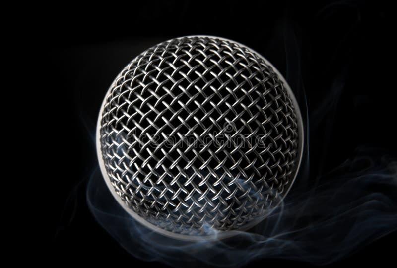 mikrofon dymiący zdjęcie stock