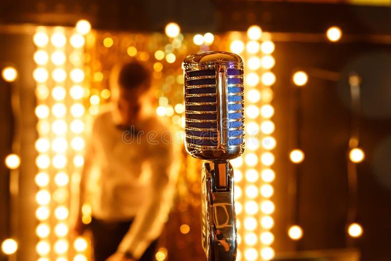 Mikrofon för mikrofon A för mikrofon Retro på etapp arkivfoto