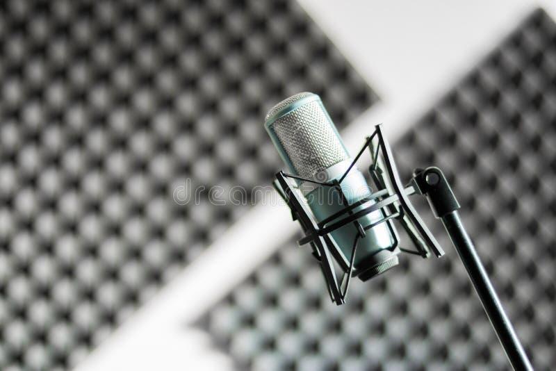 Mikrofon i en yrkesmässig inspelning- eller radiostudio, solid isolering i den oskarpa bakgrunden arkivbild