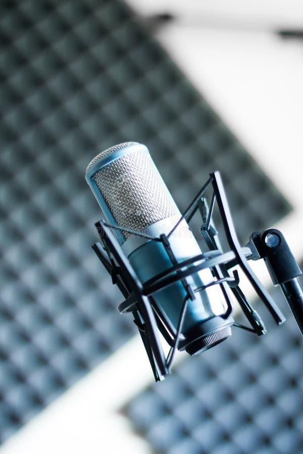 Mikrofon i en yrkesmässig inspelning- eller radiostudio, solid isolering i den oskarpa bakgrunden royaltyfria foton