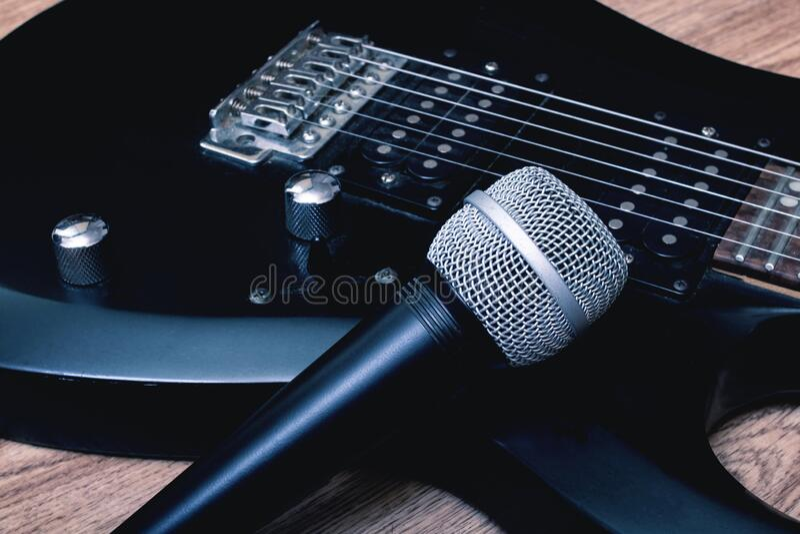 Mikrofon i gitara na drewnianym tle zdjęcia royalty free