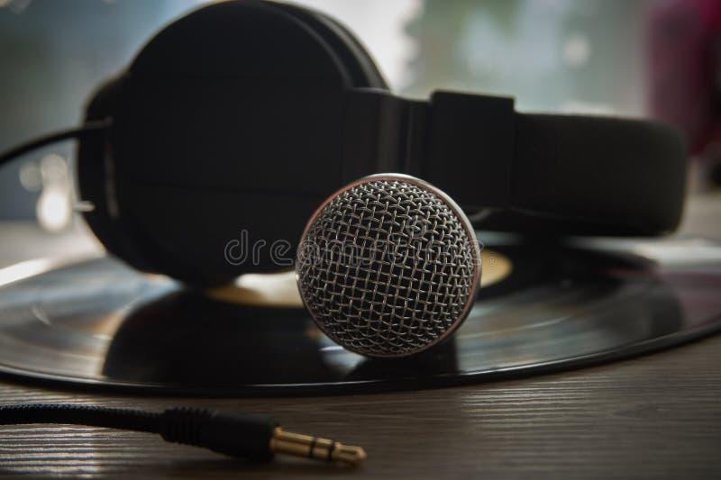 Mikrofon i hełmofony na winylowym rejestrze obrazy stock