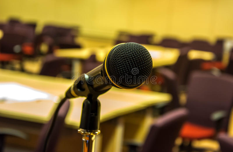 Mikrofon i konserthall eller konferensrum royaltyfri fotografi