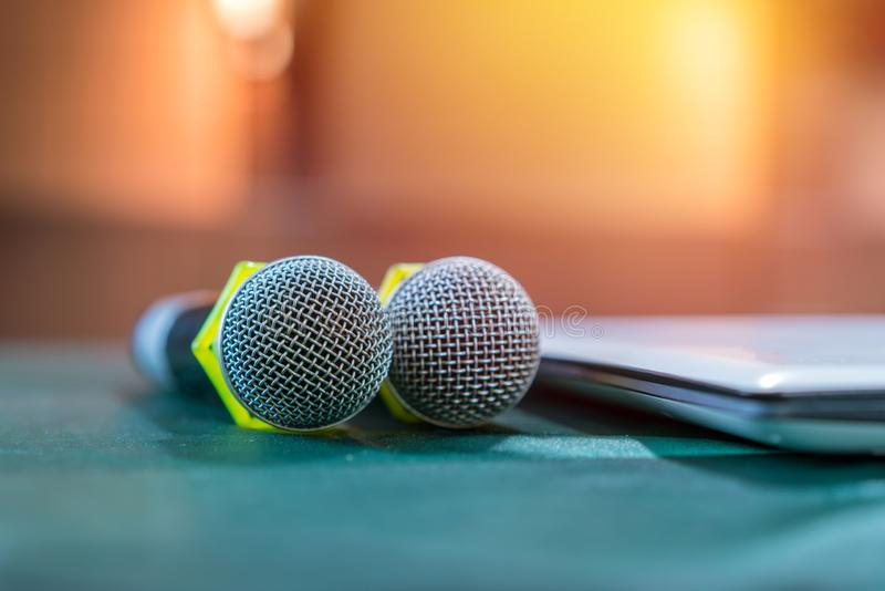 Mikrofon i m?tesrum f?r en konferens arkivfoto