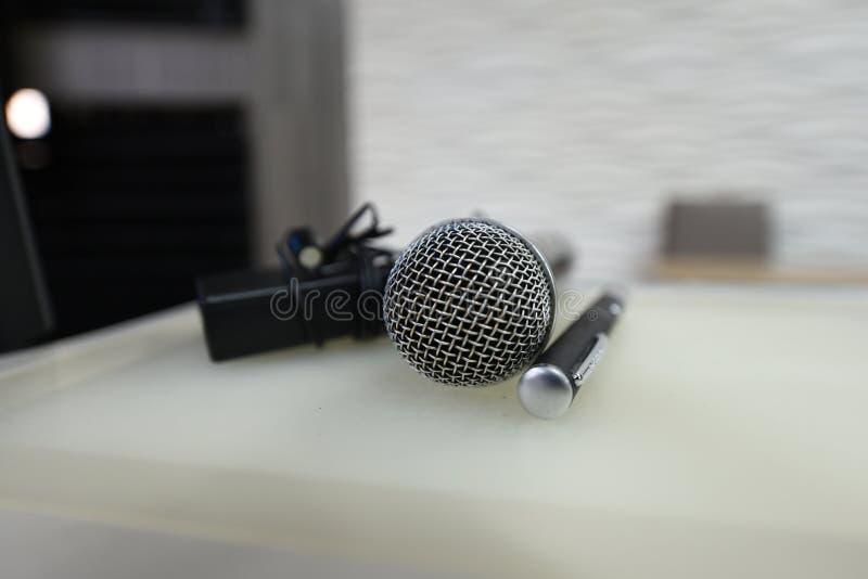 Mikrofon i pointery umieszczający na przyjęcie stole w pokoju konferencyjnym obrazy royalty free
