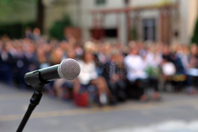 Mikrofon i stojak przed skalowanie ceremonii widownię ag zdjęcia royalty free
