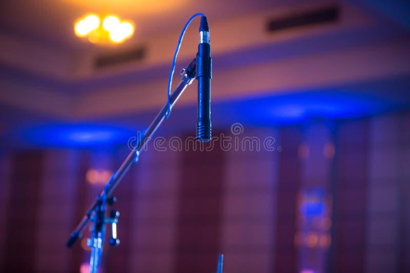 Mikrofon im Konzertsaalkonferenzsaal weich und in der Unschärfeart stockfotografie