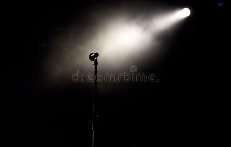 Mikrofon im Stadium beleuchtet während des Konzerts - Sommermusik festiva lizenzfreie stockfotos