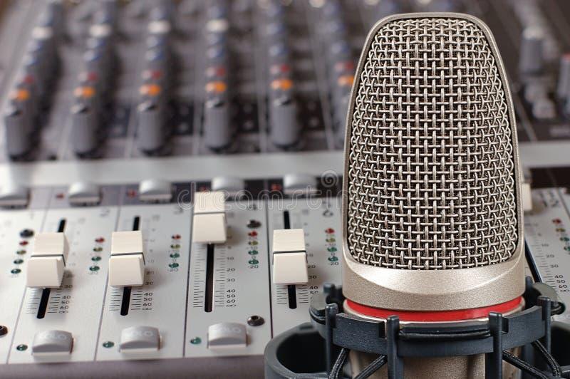 Mikrofon im soliden Studio stockfotografie