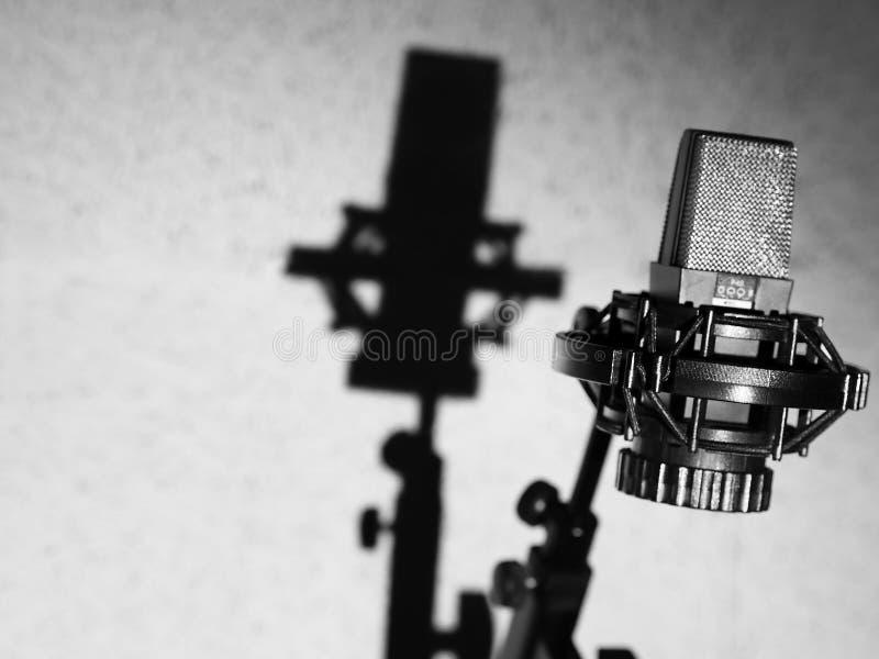 Mikrofon im Studio Schwarzes Tonaufnahme-Mikrofon lizenzfreies stockfoto
