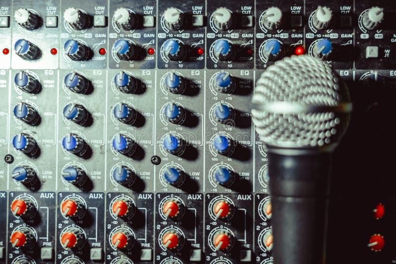 Mikrofon kłama na melanżerze fotografia royalty free