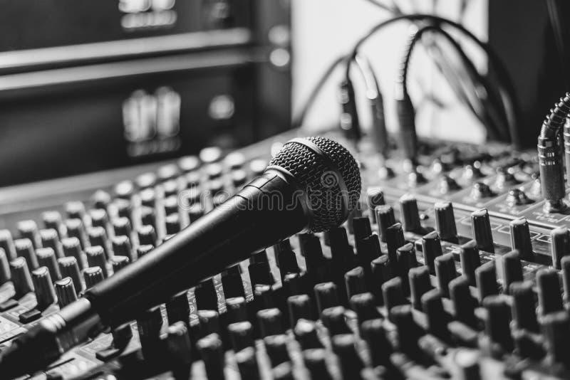 Mikrofon kłama na melanżerze zdjęcia stock