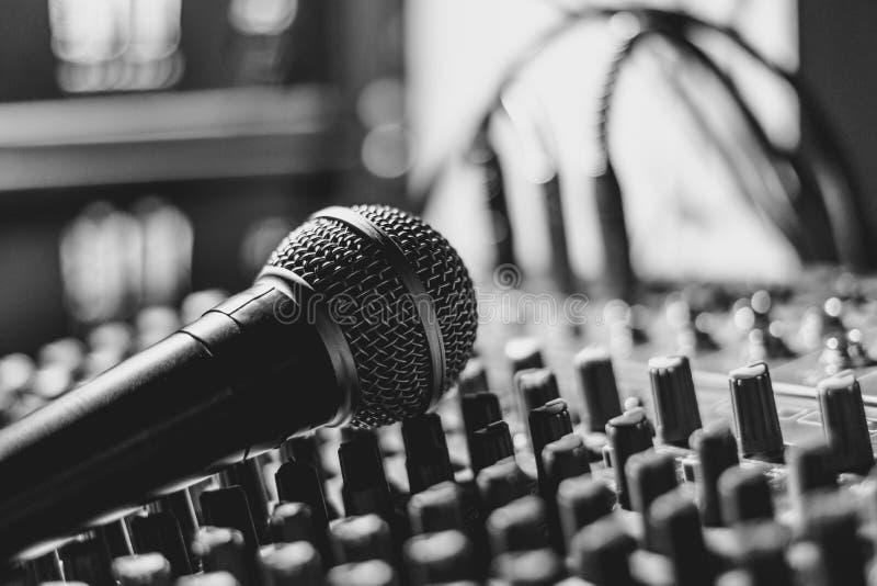 Mikrofon kłama na melanżerze zdjęcie stock