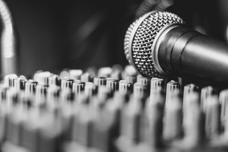 Mikrofon kłama na melanżerze obrazy stock