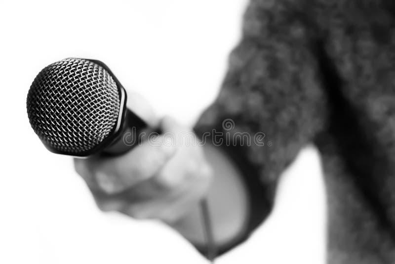 Mikrofon lokalisiert in der Gesangmannhand stockbild