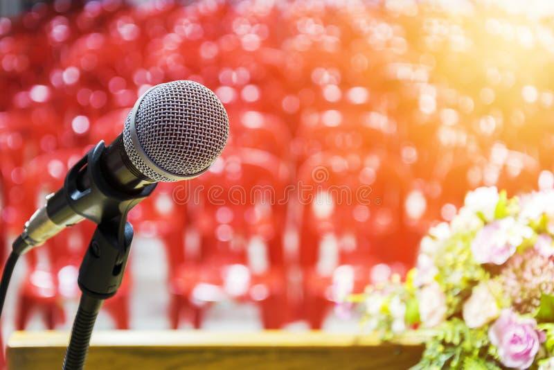 Mikrofon lokalizuje na podium fotografia stock