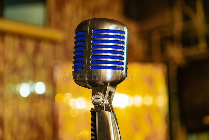 Mikrofon med blåa mellanläggsställningar på bakgrunden av konserthallen fotografering för bildbyråer