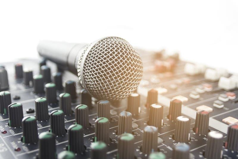 Mikrofon med den ljudsignal blandaren royaltyfri fotografi