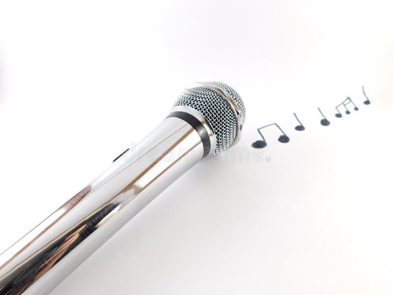 Mikrofon med musikaliska anmärkningar arkivbild