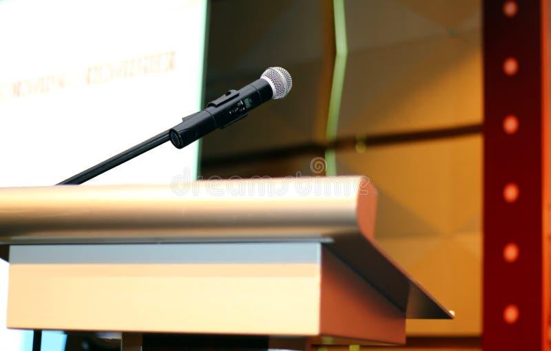 Mikrofon med podiet på seminariet arkivbilder
