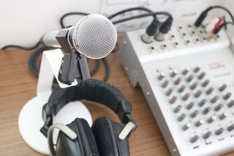 Mikrofon, Mischer und Kopfhörer in einem Radiostudio Liverundfunkkonzept stockfotos