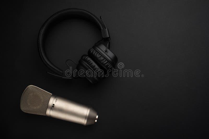 Mikrofon mit Kopfhörern Studioaufnahme, Sendung, Blog, Sprecher Auf einem schwarzen Hintergrund stockfotos