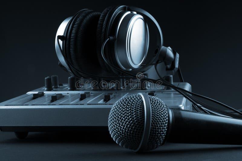 Mikrofon mit Mischer und Kopfhörern stockbilder