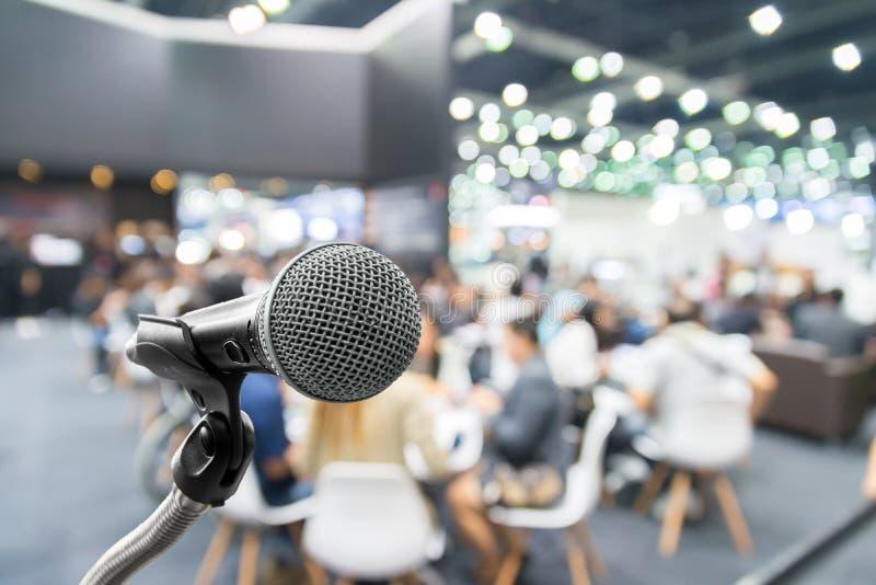 Mikrofon mit Zusammenfassung verwischte Foto des Konferenzsaales oder der sem stockfotos