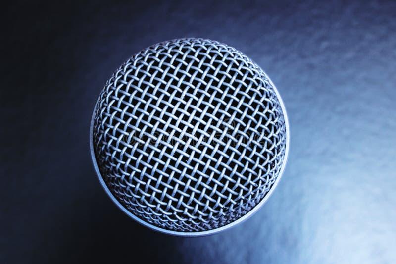 Mikrofon na czarnym tle — zamknięcie górnego widoku obrazy stock