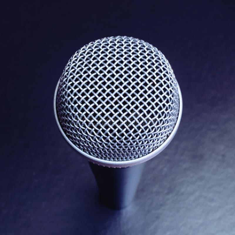 Mikrofon na czarnym tle — zamknięcie górnego widoku zdjęcie royalty free