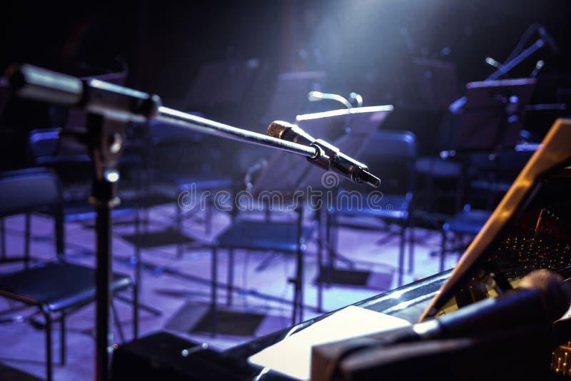 Mikrofon na scenie klasyczny mikrofonu Mikrofon na scenie Pub półdupki fotografia royalty free