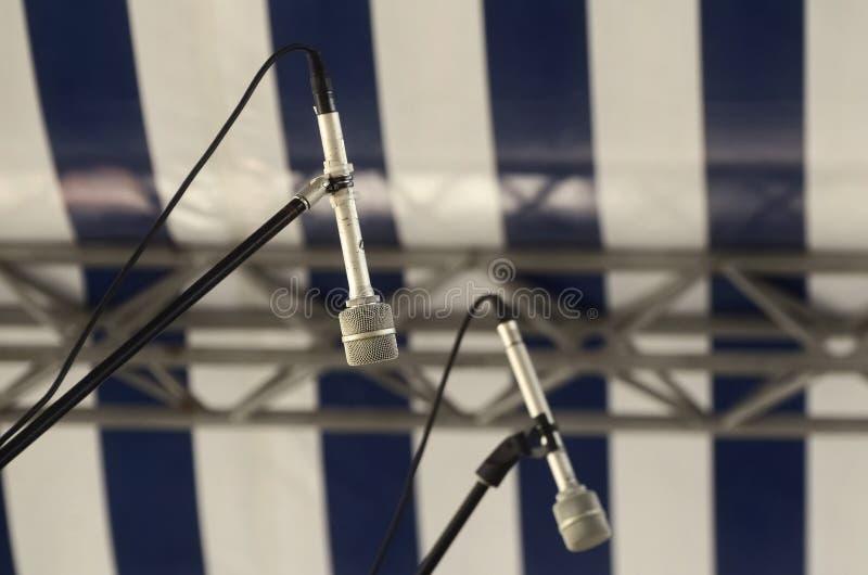 Mikrofon na scenie w sali konferencyjnej na zamazanym pasiastym tle lub filharmonii zdjęcia stock