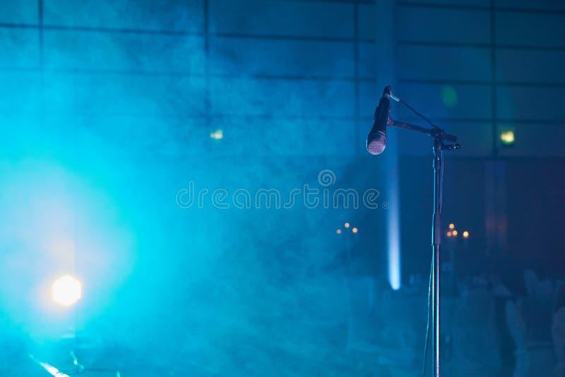 Mikrofon na sceny błękita mgle i światłach obrazy royalty free