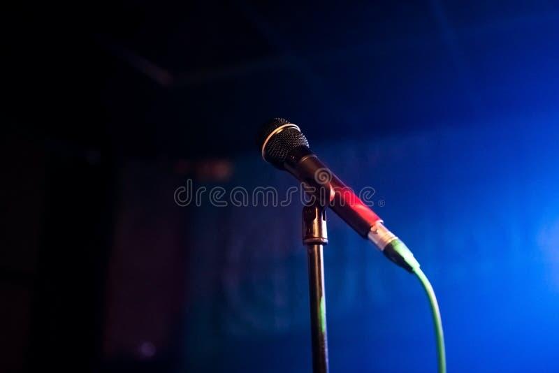Mikrofon na stojaku w klubie zdjęcia stock