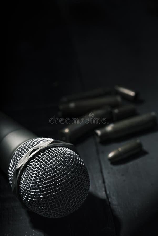 Mikrofon och kulor arkivfoto