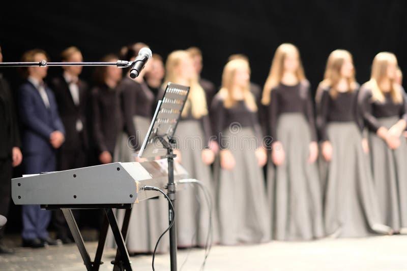 Mikrofon och musikställning royaltyfria bilder