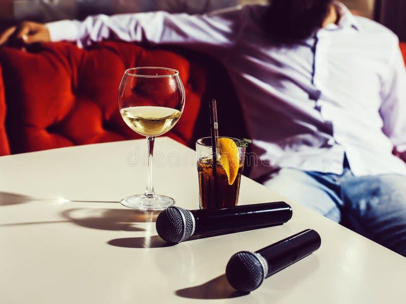 Mikrofon och nonalcoholic coctail royaltyfri foto