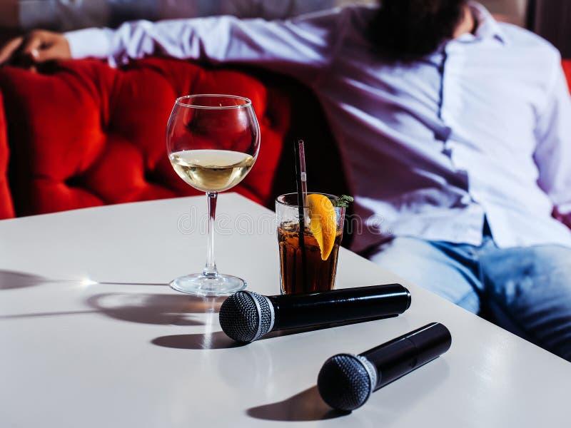 Mikrofon och nonalcoholic coctail arkivfoto
