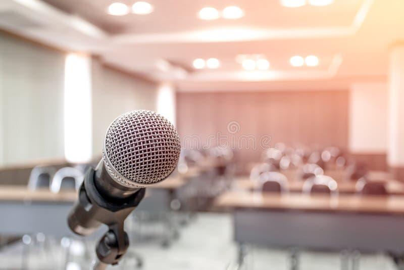 Mikrofon på abstrakt som göras suddig av anförande i seminariumrum royaltyfri fotografi