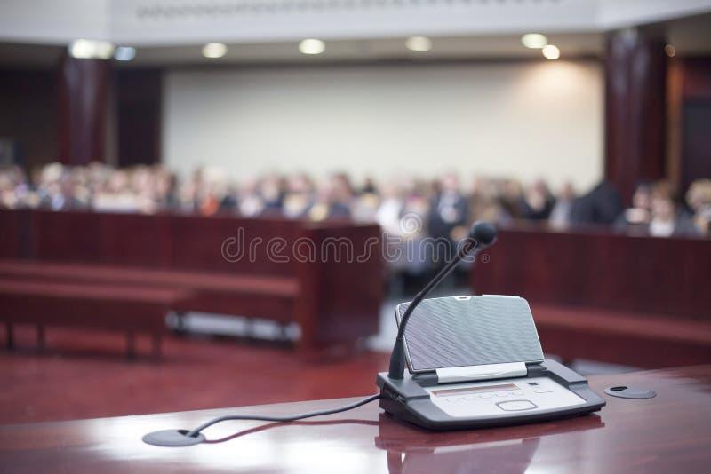 Mikrofon på domstolsbyggnaden arkivfoton