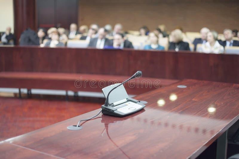 Mikrofon på domstolsbyggnaden royaltyfri foto