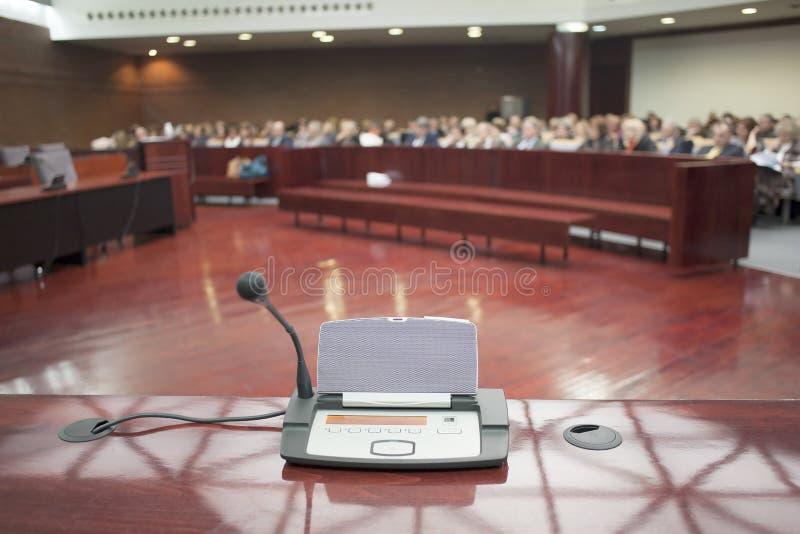 Mikrofon på domstolsbyggnaden royaltyfria foton